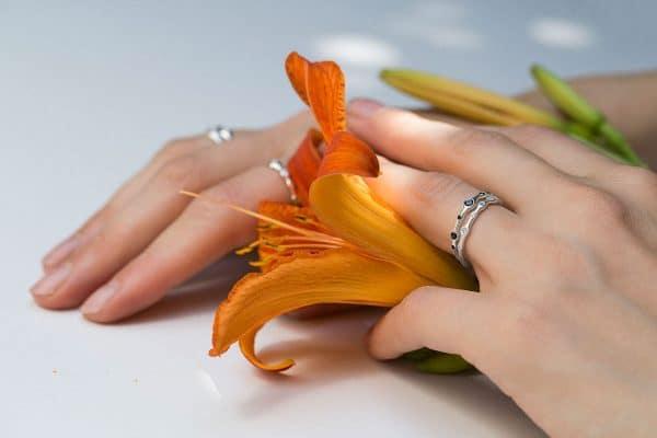 серебряные кольца на руке фото