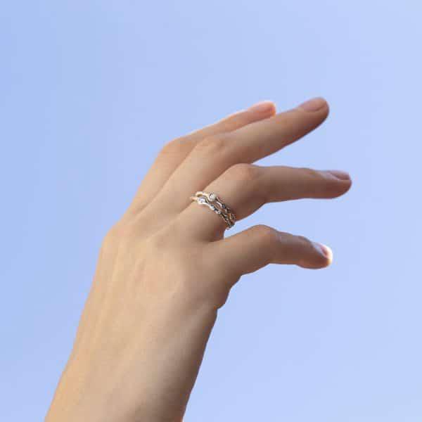 тонкое и элегантное серебряное кольцо на руке фото