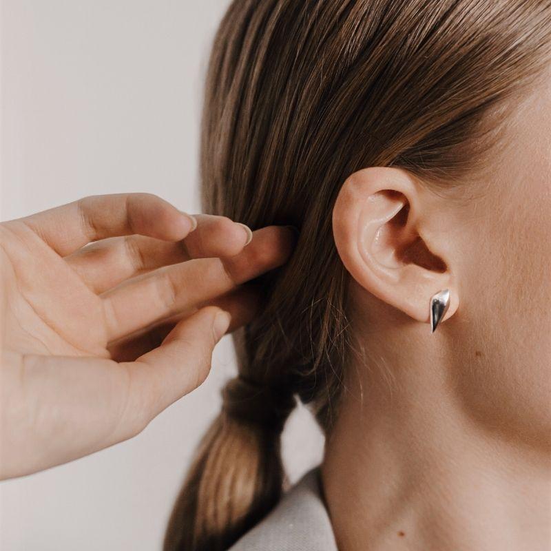 Дизайнерские серебряные серьги на девушке фото