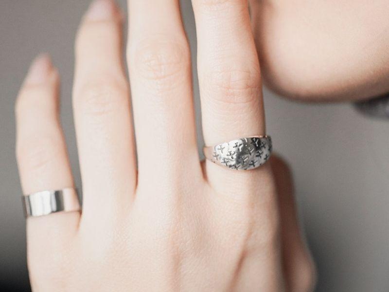 Кольца серебро 925 пробы на руке фото