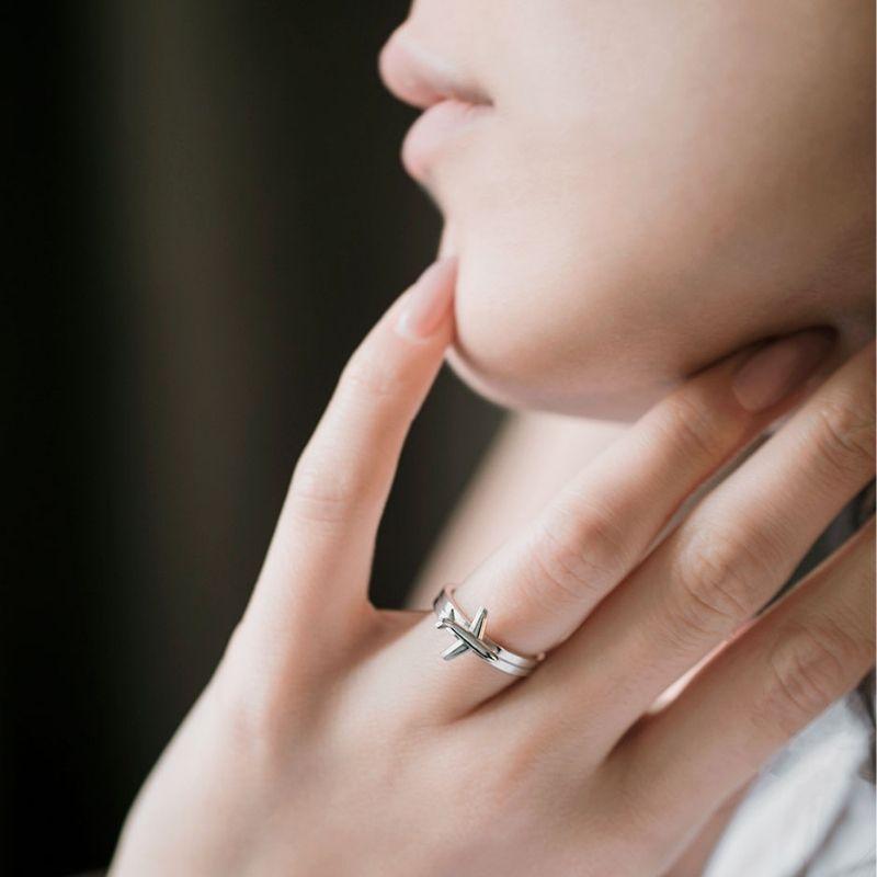 Необычное серебряное кольцо на пальце у девушки фото
