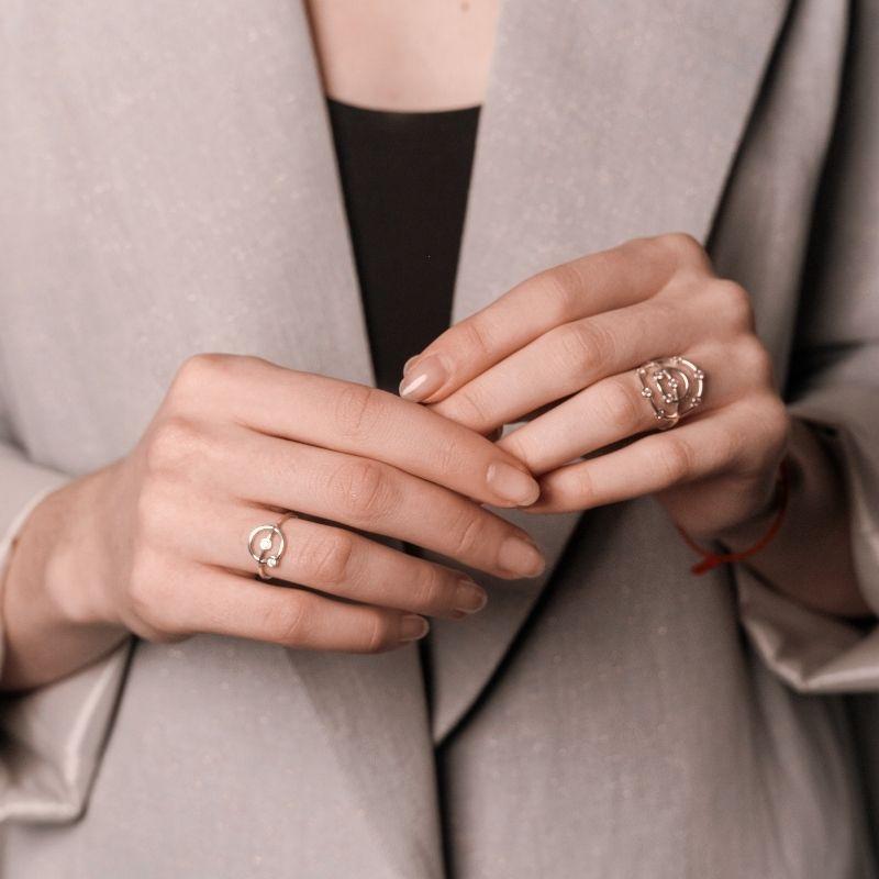 Серебряное кольцо 925 пробы на девушке фото