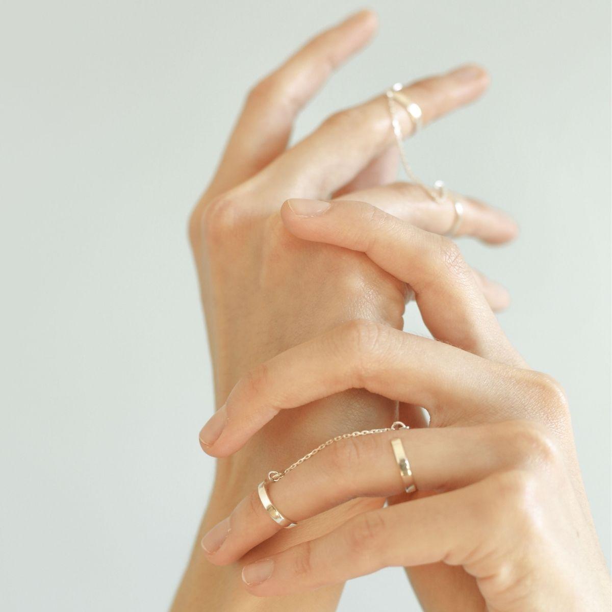 Серебряные кольца на руке у девушки