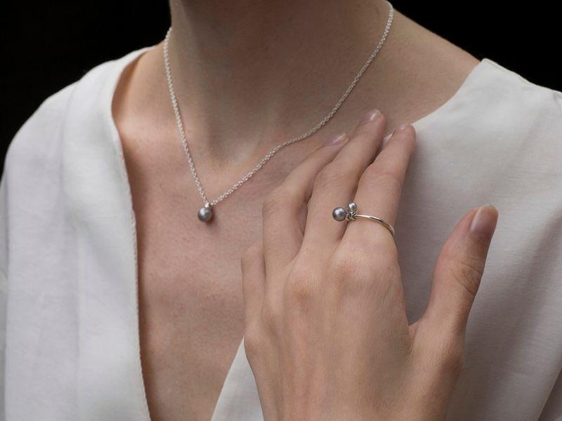 Необычные серебряные украшения с жемчугом на девушке