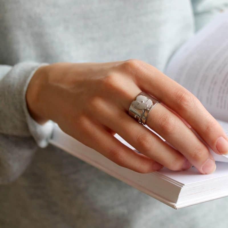 Серебряное кольцо дизайнерское на девушке фото