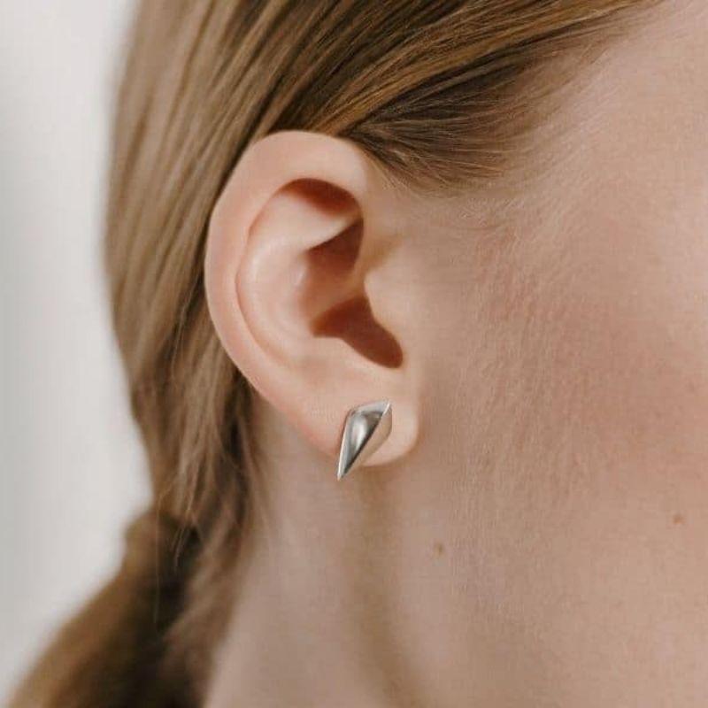 Серебряные серьги на девушке фото