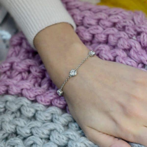Серебряный браслет на руке фото