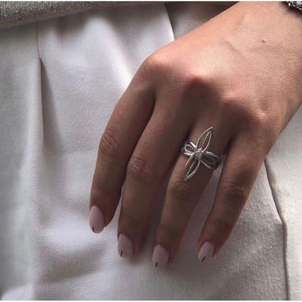 Кольцо на руке у девушки фото