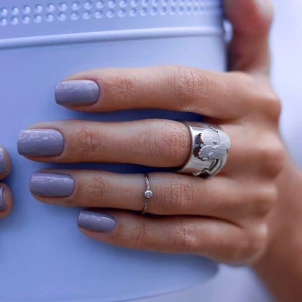 Кольцо широкое из серебра на руке фото