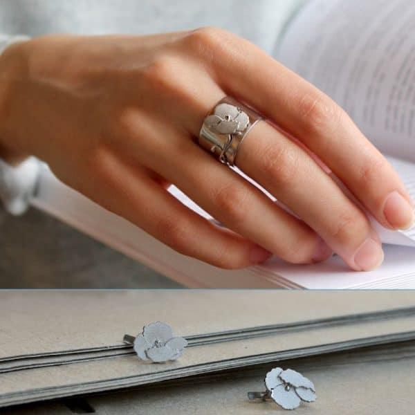 Кольцо женское на руке фото