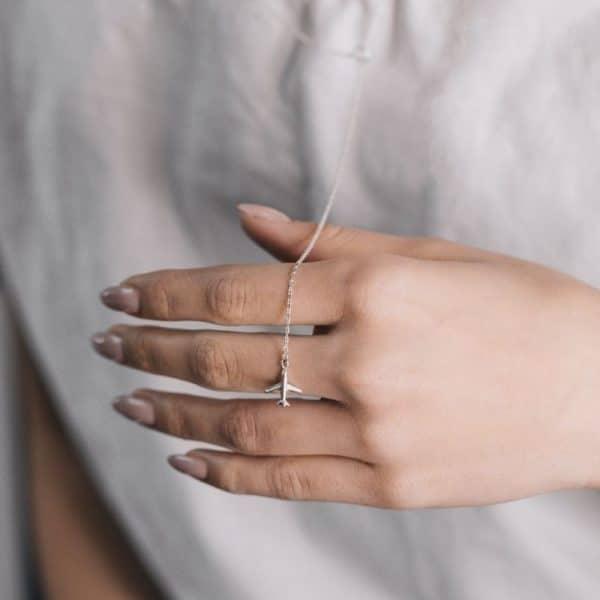 Серебряное колье фото на руке