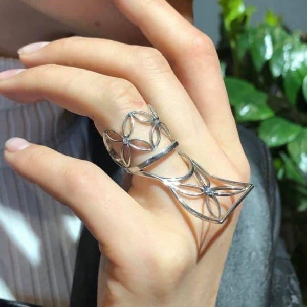 Серебряное кольцо 925 пробы на руке фото