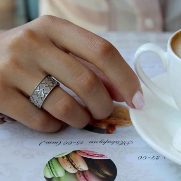 Серебряное кольцо на руке у девушки фото